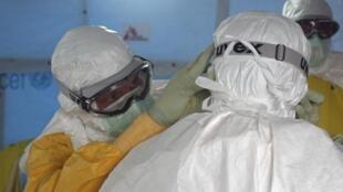 Médicos se prepararam para tratar pacientes na Libéria.