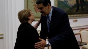 Верховный комиссар ООН Мишель Бачелет во время визита в Венесуэлу приветствует президента страны Николаса Мадуро. Каракас, 21 июня 2019