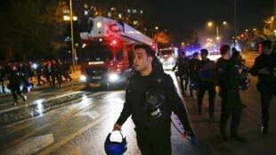 Bombeiros chegam ao local da explosão em Ancara