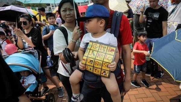 Famílias de Hong Kong levaram bebês e crianças para participar de manifestações contra o governo neste sábado (10).