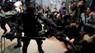香港警察元旦当晚截查市民资料图片