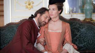 """Cécile de France et Edouard Baer dans """"Mademoiselle de Joncquières"""" d'Emmanuel Mouret."""