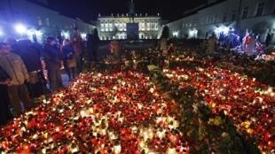 Đông đảo người dân Ba Lan mang hoa và nến đặt trước Dinh Tổng thống tưởng niệm những người đã khuất.