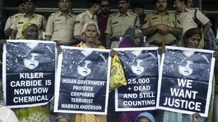 Victims of the 1984 Bhopal disaster demonstrate outside the court, 7 June