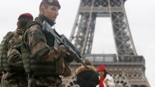 Patrulla militar delante de la Torre Eiffel, el 10 de abril de 2015.