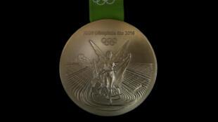 """A cobiçada medalha de ouro que será distribuída durante os Jogos do Rio, com a deusa grega da vitória com formas """"abrasileiradas""""."""