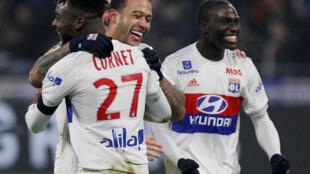 Os festejos dos jogadores do Lyon, que venceram o PSG por 2-1 na 22a jornada do campeonato francês.