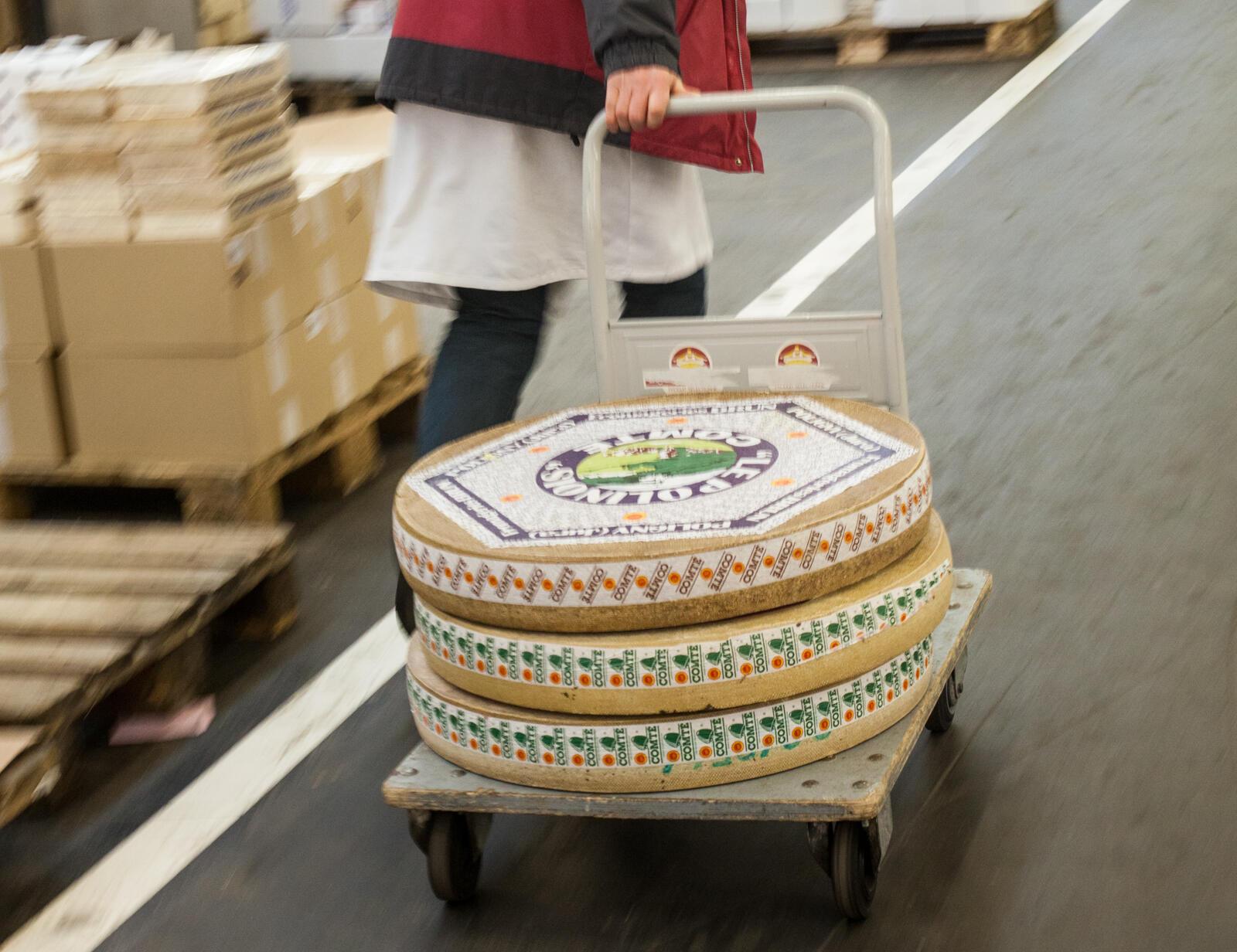 """Большинство парижских рестораторов покупают сыр на рынке Ренжис, новом """"Чреве Парижа""""."""