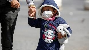 Ребенок с медицинской маской в Риме, 10 марта 2020.