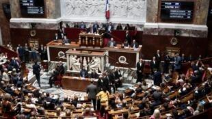 Les députés français quittent L'Assemblée nationale après le vote de ratification du Ceta, traité de libre-échange controversé entre l'Union européenne et le Canada, le 23 juillet 2019.