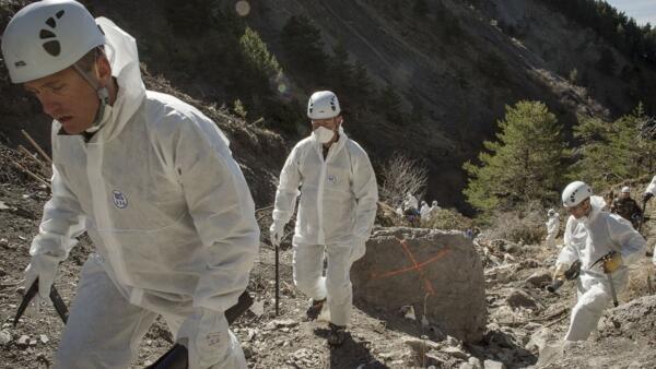 Trabalhadores e investigadores durante operações na área do acidente do Germanwings, em abril de 2015.