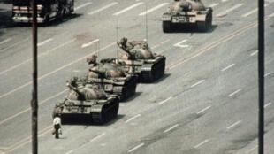 Uma das fotos mais famosas do mundo: o homem que sozinho consegue parar uma fila de tanques de guerra perto da praça Tiananmen, no centro de Pequim.