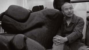 旅居法国的华裔雕塑家王克平与他的作品。