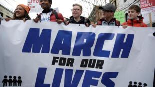 Des lycéens américains rassemblés derrière une banderole «March for our lives», à Seattle, le samedi 24 mars 2018.