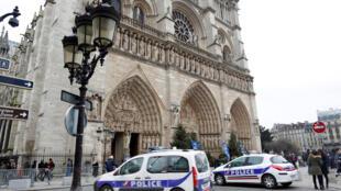 巴黎聖母院前的警車。