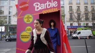 Una actriz interpreta a una niña espantada por la Barbie obrera creada por Action Aide Francia. Diciembre de 2016.