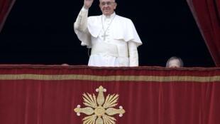 """Papa Francisco acena durante a bênção """"Urbi et Orbi"""" nesta quinta-feira"""