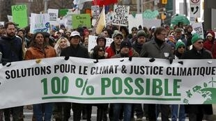 """Biểu tình vì khí hậu tại Ottawa, thủ đô Canada, ngày 29/11/2015. Khẩu hiệu trong ảnh : """"Các giải pháp cho khí hậu và lẽ công bằng cho vấn đề khí hậu. 100% là có thể được""""."""