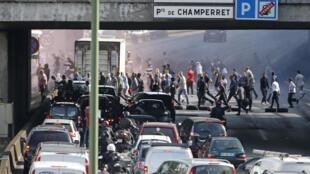 Taxistas bloqueiam as vias periféricas de Paris, gerando engarrafamentos quilométricos, nesta quinta-feira (25).