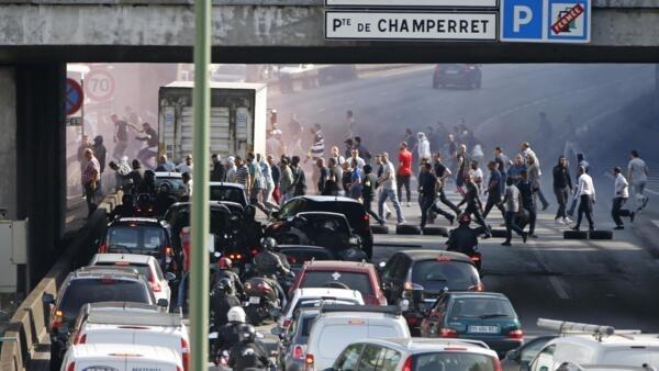 Striking taxi drivers block the Pari ringroad during the 25 June strike