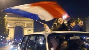 Hinchas festejando la victoria de Francia en los Campos Elíseos.