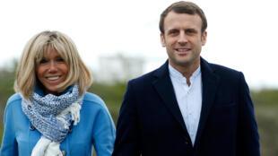 O candidato Emmanuel Macron com sua esposa Brigitte Trogneux