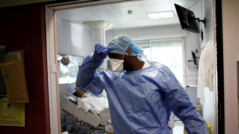 Nhân viên y tế mang khẩu trang làm việc tại khoa hồi sức tích cực dành cho bệnh nhân virus corona tại dưỡng đường Ambroise Pare, ngoại ô Paris ngày 01/04/2020.