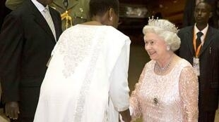 Elisabeth II being received by Ugandan President Yoweri Museveni and his wife Janet