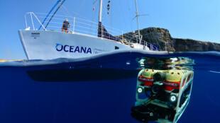 El catamarán Oceana Ranger con el robot submarino ROV para explorar los fondos marinos de Malta.