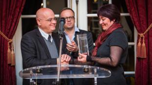 Надежда Атаева получает премию Репортеров без границ, присужденную Мухаммаду Бекжану, Страсбург 27/11/2013