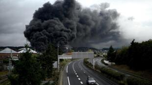 Une fumée noire s'échappe de l'usine Lubrizol à Rouen, en Normandie, le 26 septembre 2019.