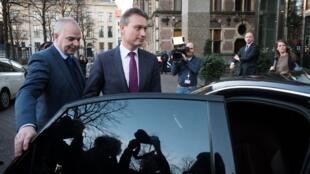 Хальбе Зейлстра (справа) заявил, что доверие к нему подорвано, и он больше не может исполнять функции министра.