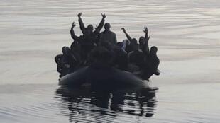 Barco com imigrantes marroquinos na costa espanhola