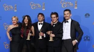 Da esq. para dir: Patricia Arquette, Lorelei Linklater, o diretor, Richard Linklater, Ellar Coltrane e Ethan Hawke, de 'Boyhood', com os três troféus do Globo de Ouro.
