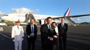 O Presidente francês, Emmanuel Macron, fala à imprensa logo após a sua chegada a Nouméa ( Nova Caledónia ), a 3 de Maio de 2018.