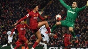 Trent Alexander-Arnold le défenseur de Liverpool  face au gardien de West Ham Lukasz Fabianski, parvient à passer la balle à Sadio Mané avant que ce dernier ne marque le 3e but pour les Reds, lors du match entre Liverpool et West Ham United au stade d' Anfield, le 24 février 2020.
