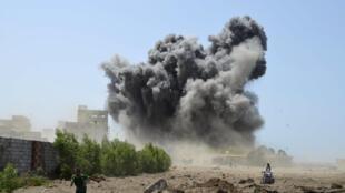 Đợt oanh kích của liên quân Ả rập nhắm vào cảng Houdieda, nừm trong aty phe nổi dậy Houthi - REUTERS /Stringer