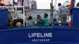 Navio Lifeline foi autorizado a deslocar-se para Malta com mais de 23o migrants a bordo que devem em seguida ser distribuídos por sete países europeus.