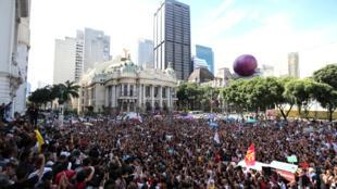 Multidão acompanha cortejo do corpo de Marielle Franco no centro do Rio.