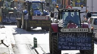 French farmers protest in Paris over falling revenues in 2015