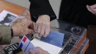 Una mujer vota en Lyon, este 23 de marzo.
