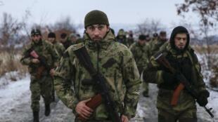 Separatistas pró-russos fazem treinamento em Donetsk, reduto rebelde no leste da ucrania.