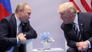 O presidente russo Vladimir Putin e seu homólogo russo Donald Trump encontram-se pela primeira vez no G20 de Hamburgo, na Alemanha, a 7 de Julho de 2017.