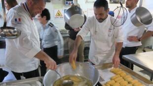 Dans le cadre de la semaine de la gastronomie française en Israël, le chef de l'Elysée, Guillaume Gomez (g) a cuisiné avec des détenues dans une prison.