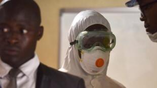 Un employé du ministère de la Santé ivoirien portant un masque lors d'une opération de prévention dans le port d'Abidjan le 4 mars 2020.