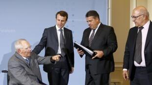 Les ministres français de l'Economie et des Finances, Emmanuel Macron (2e en partant de la gauche) et Michel Sapin (à droite), et leurs homologues allemands ont annoncé des propositions communes pour soutenir l'investissement, le 20 octobre à Berlin.