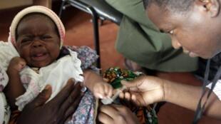 Criança recebe vacina-teste para combater a malária em uma clínica no Quênia.