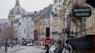Tại khu Le Quai Voltaire, ở trung tâm Paris. Ảnh chụp trong kỳ phong toả phòng chống dịch Covid-19, ngày 1/4/2020.