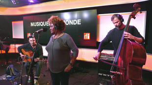 Etenesh Wassié, Mathieu Sourisseau and Sébastien Bacquias perform on RFI's Musiques du Monde.