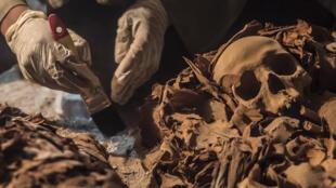 Археологи работают в некрополе Луксора, 9 сентября 2017 года.